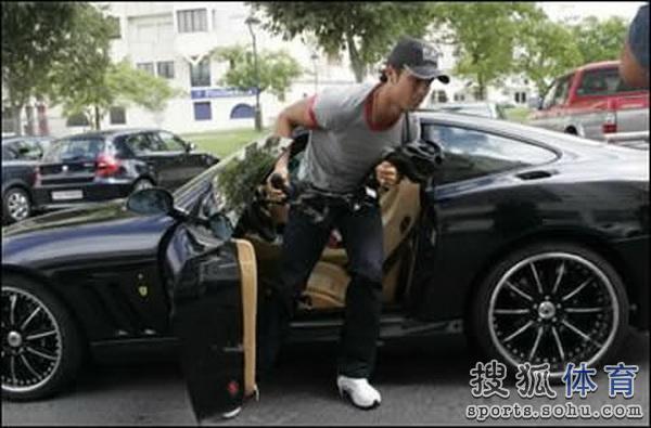 c罗购千万级法拉利 已坐拥数十辆顶级豪车高清图片