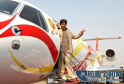 """成龙带""""龙女郎"""" 乘私人飞机西安宣传新片"""