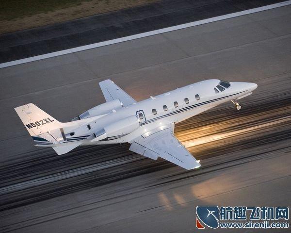 飞机同时使用副翼及方向舵补偿因为侧风而